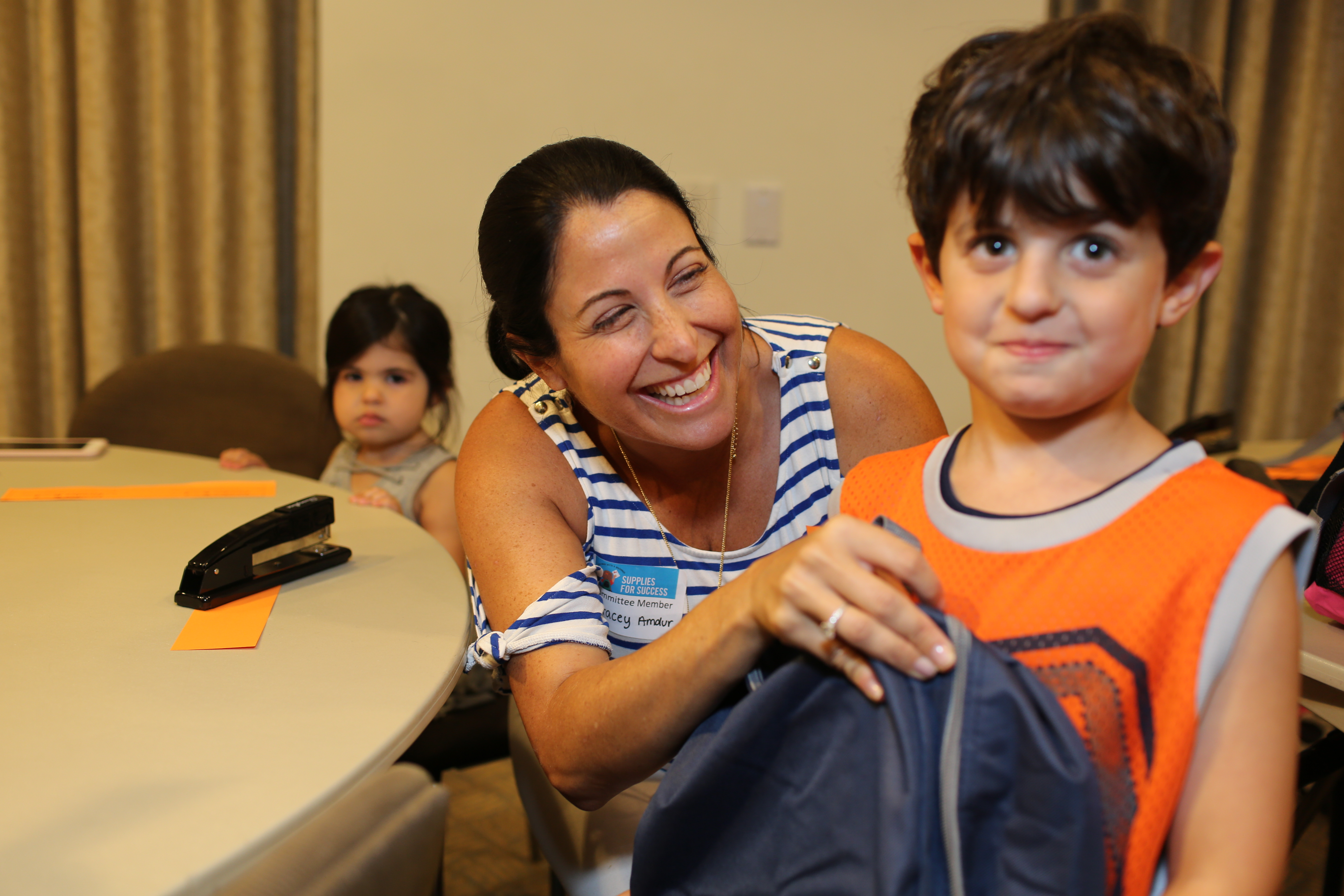 UJA Federation of New York >> <p>Tracey Amdur volunteers with her kids</p>