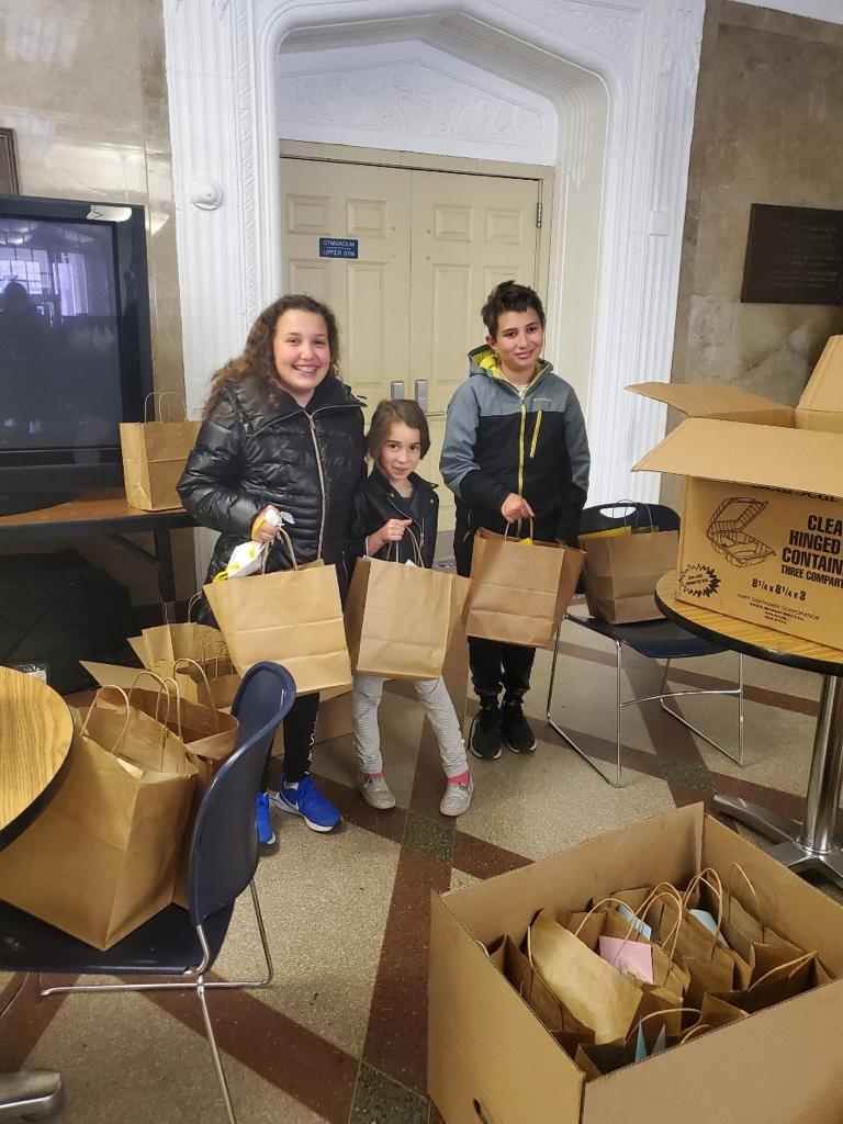 UJA Federation of New York >> <p>Alla and her children prepare Shabbat meals to deliver to Holocaust survivors in their Brooklyn neighborhood.</p>